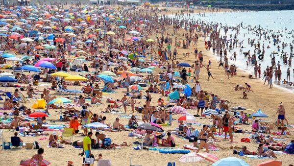 На великим врућинама ни боравак на плажи не прија - Sputnik Србија
