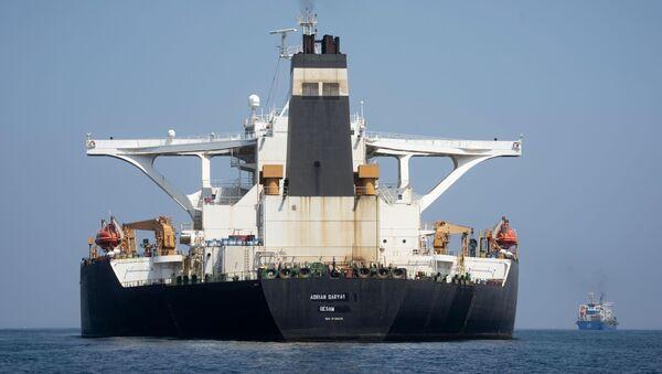 """Танкер """"Грејс 1"""" коме је преко назива написан нови назив """"Адријан Дарја 1"""" укотвљен у Гибралтару - Sputnik Србија"""