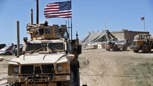 Амерички војници у оклопном возилу у сиријском Манбиџу - Sputnik Србија