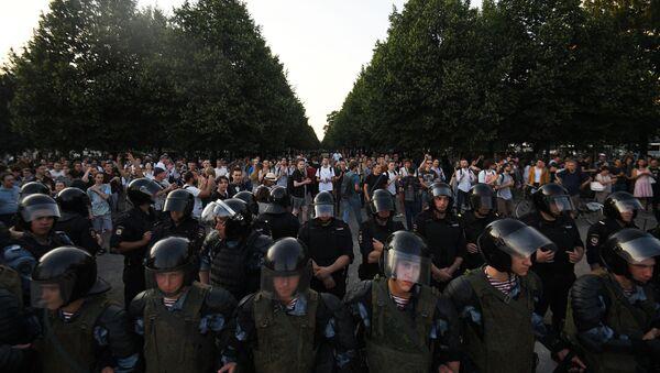 Полиција блокира демонстранте на протесту опозиције у Москви - Sputnik Србија