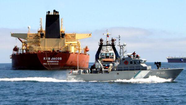 Патролни брод Венецуеле поред нафтног танкера - Sputnik Србија