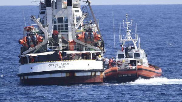 """Italijanska obalska straža pored broda nevladine organizacije """"Open arms"""" - Sputnik Srbija"""