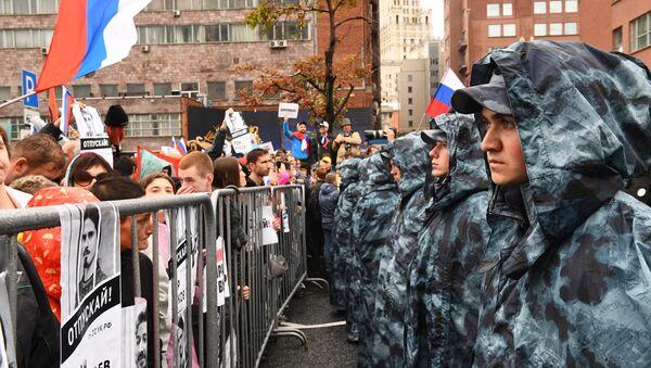 Pripadnici ruske garde obezbeđuju red i mir na mitingu opozicije u Moskvi - Sputnik Srbija