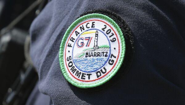 Policajac sa bedžom grupe G7 u Bijaricu na jugozapadu Francuske - Sputnik Srbija