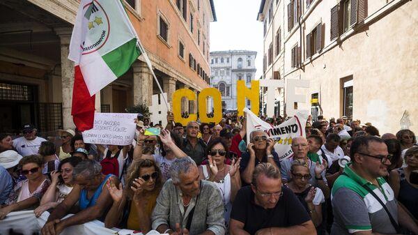 Протест присталица Покрета пет звездица испред Сената у Риму - Sputnik Србија