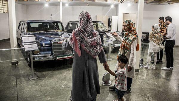 Посетиоци Музеја краљевских аутомобила у бившој резиденцији иранског шаха  - Sputnik Србија