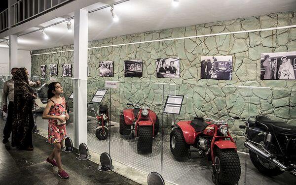 Посетиоци Музеја краљевских аутомобила у бившој резиденцији иранског шаха Мухамеда Резе Пахлавија - Sputnik Србија