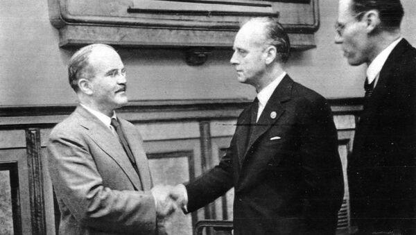 Молотов и Рибентроп након потписивања пакта - Sputnik Србија
