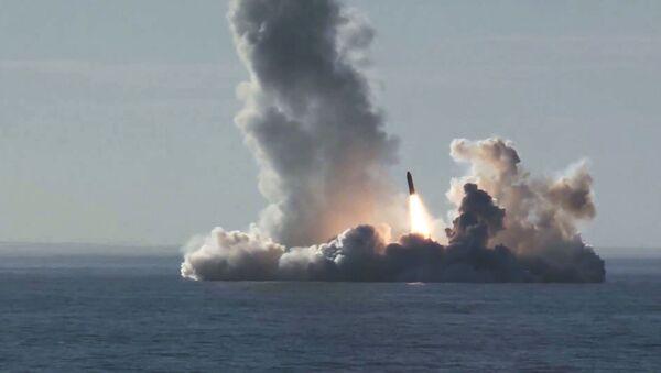 """Лансирање ракете """"Булава"""" са подморнице """"Јуриј Долгоруки"""" на Белом мору - Sputnik Србија"""