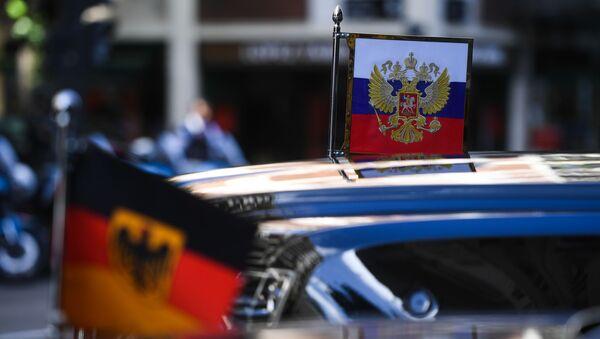 Ruska i nemačka zastava na automobilu predsednika Rusija - Sputnik Srbija