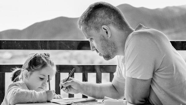 Родитељска помоћ у раду домаћих задатака - Sputnik Србија