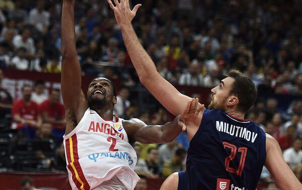 Angolac Janik Moreira ide na koš protiv Nikole Milutinova iz Srbije - Sputnik Srbija