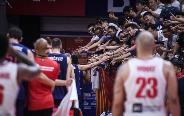 Кинези одушевљено поздрављају репрезентативце Србије после победе над Анголом - Sputnik Србија