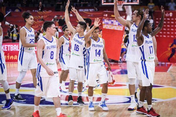 Репрезентативци Филипина поздрављају своје навијаче након убедљивог пораза од Италије - Sputnik Србија
