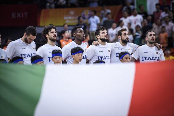 Репрезентативци Италије током интонирања химне пред утакмицу са Филипинима - Sputnik Србија