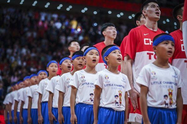 Кинески репрезентативци и деца током интонирања химне домаћина пред утакмицу са Обалом Слоноваче у Пекингу - Sputnik Србија