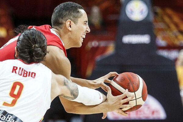 Омар Абада и Рики Рубио у дуелу на утакмици Шпанија ― Тунис - Sputnik Србија