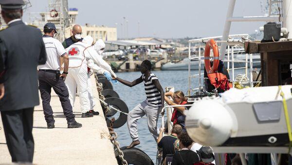 Мигранти се искрцавају на Лампедузу - Sputnik Србија