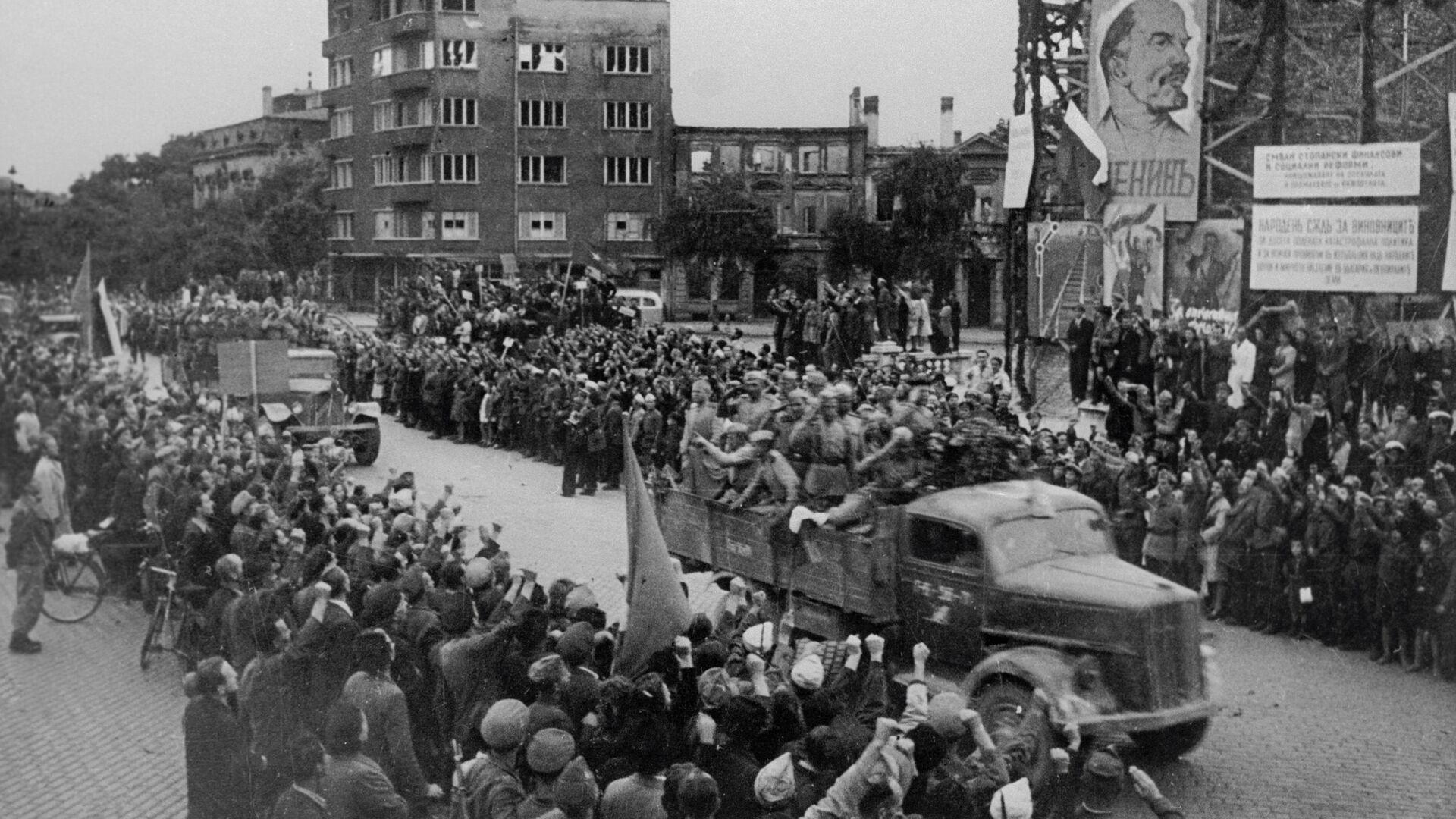 Становници Софије поздрављају совјетске војнике ослободиоце - Sputnik Србија, 1920, 09.09.2021
