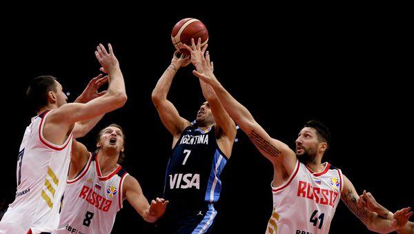 Igrač utakmice Rusija - Argentina Fakundo Kampaco među tri ruska igrača - Sputnik Srbija
