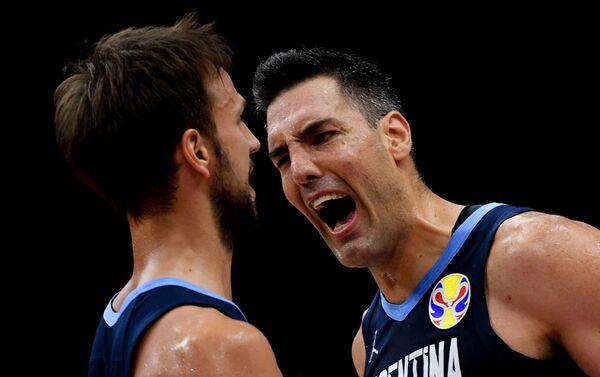 Reprezentativci Argentine Markos Delija i Luis Skola proslavljaju pobedu nad Rusijom u poslednjem kolu prve faze takmičenja u Kini - Sputnik Srbija