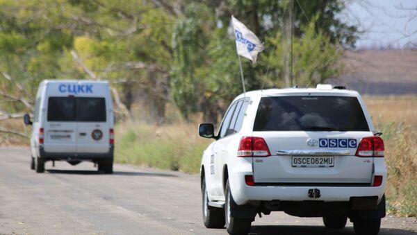 Возила специјалне посматрачке мисије ОЕБС-а и Заједничког центра за контролу и координацију прекида ватре на југу ДНР - Sputnik Србија