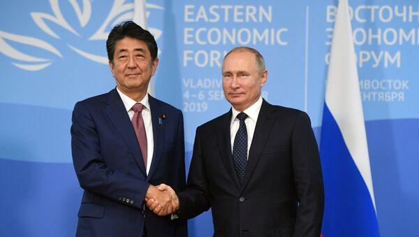 Premijer Japana Šinzo Abe i predsednik Rusije Vladimir Putin na Istočnom ekonomskom forumu u Vladivostoku - Sputnik Srbija