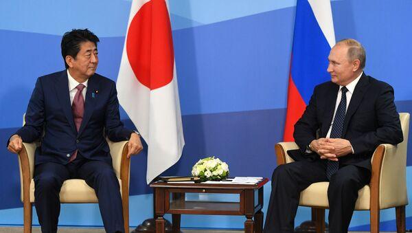 Premijer Japana Šinzo Abe i predsednik Rusije Vladimir Putin na sastanku u okviru Istočnog ekonomskog foruma u Vladivostoku - Sputnik Srbija