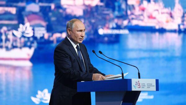 Predsednik Rusije Vladimir Putin govori na plenarnoj sednici V Istočnog ekonomskog foruma u Vladivostoku - Sputnik Srbija