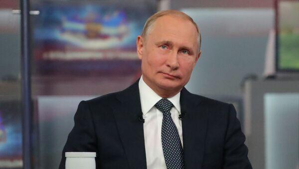 Predsednik Rusije Vladimir Putin odgovara na pitanja građana na redovnoj konferenciji Direktna linija - Sputnik Srbija
