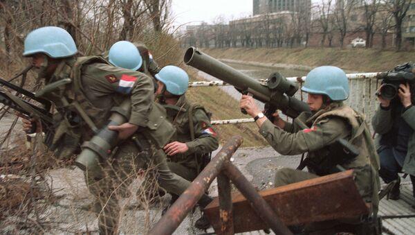 Француски војници при мисији УН на мосту Братство-јединство у Сарајеву, 10. фебруара 1994. - Sputnik Србија