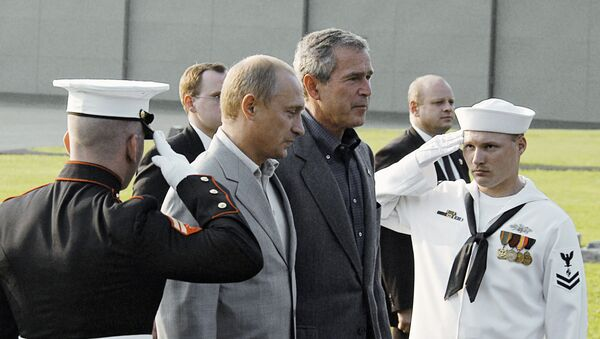 Predsednik Rusije Vladimir Putin i bivši predsednik SAD Džordž Buš Mlađi - Sputnik Srbija