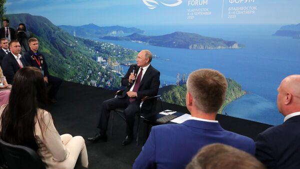 Predsednik Rusije Vladimir Putin sa predstavnicima Dalekog Istoka - Sputnik Srbija