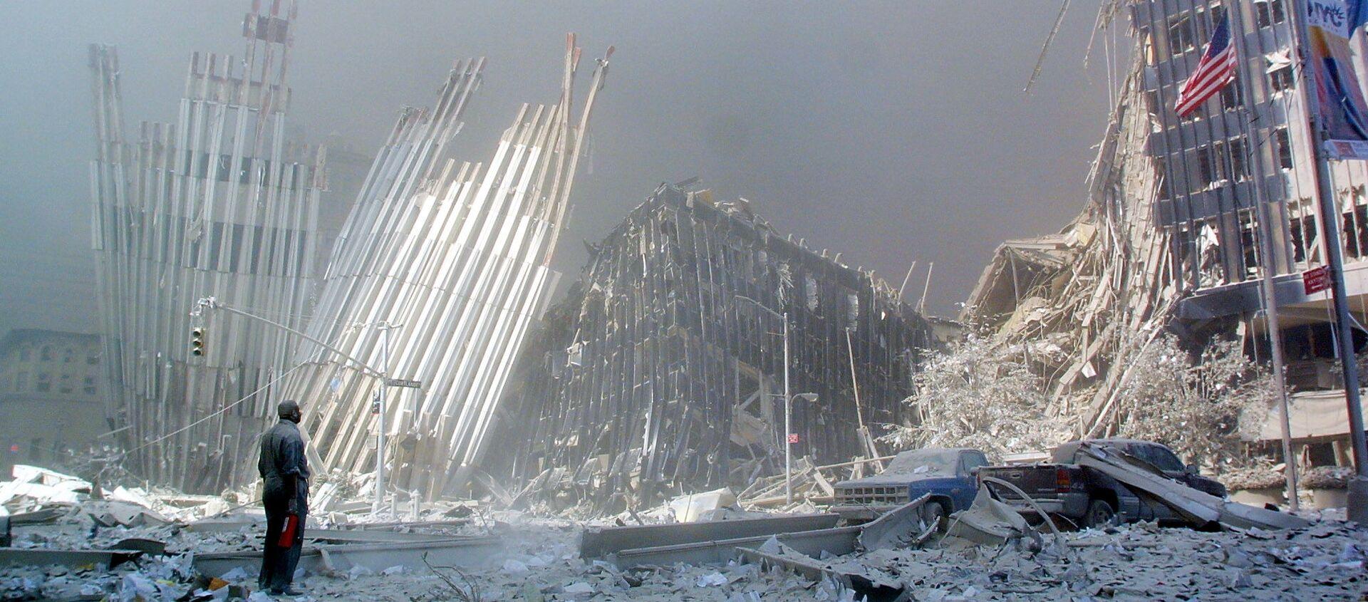 Човек на рушевинама Светског трговинског центра у Њујорку након терористичког напада 11. септембра 2001. године. - Sputnik Србија, 1920, 14.09.2019