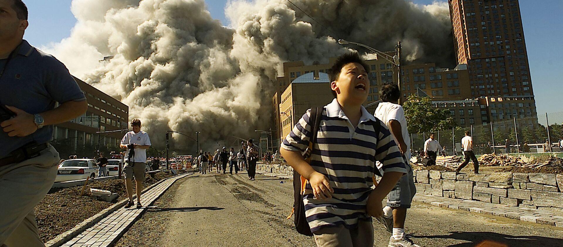 Људи беже из Светског трговинског центра након што је нападнут 11. септембра 2001. године. - Sputnik Србија, 1920, 12.09.2019