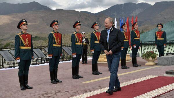 Председник Русије Владимир Путин на церемонији полагања цвећа на споменик учесницима Другог светског рата и устаника против терористичког напада у  Дагестану 1999. - Sputnik Србија