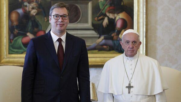Srpski predsednik Aleksandar Vučić sa papom Franjom prilikom posete Vatikanu. - Sputnik Srbija
