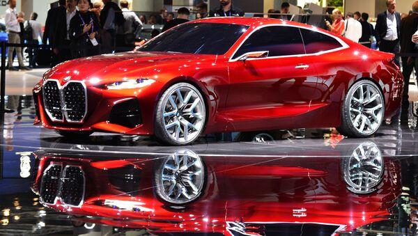 Posetiteli u avtomobilя BMW Concept 4 na meždunarodnom avtomobilьnom salone vo Frankfurte - Sputnik Srbija
