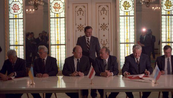 Predsednik RSFSR Boris Jeljcin, predsednik Belorusije Stanislav Šuškevič i predsednik Ukrajine Leonid Kravčuk na potpisivanju Sporazuma o stvaranju Zajednice Nezavisnih Država 8. decembra 1991. - Sputnik Srbija