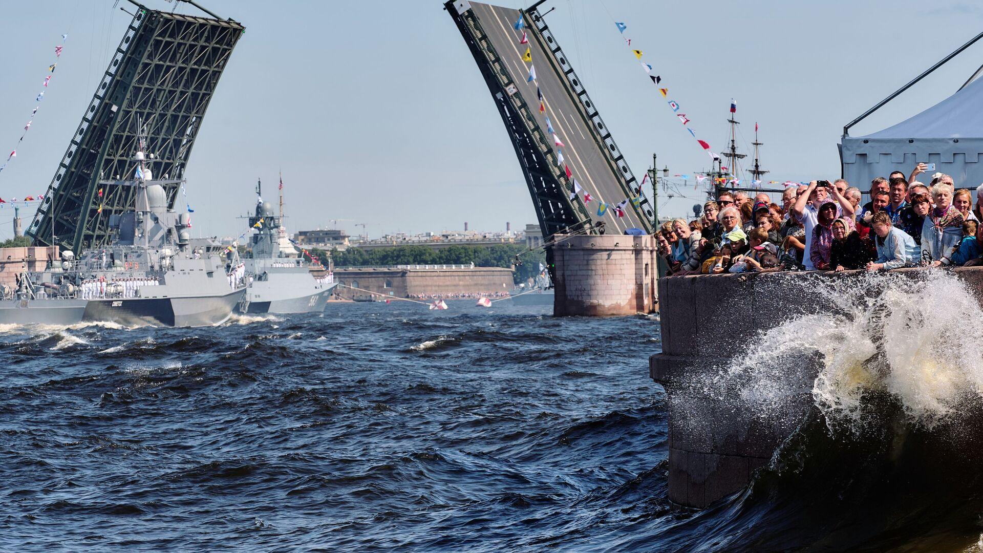 Малый ракетный корабль проекта 22800 Советск и малый ракетный корабль проекта 21631 Серпухов на репетиции парада ко Дню ВМФ в Санкт-Петербурге - Sputnik Србија, 1920, 13.07.2021