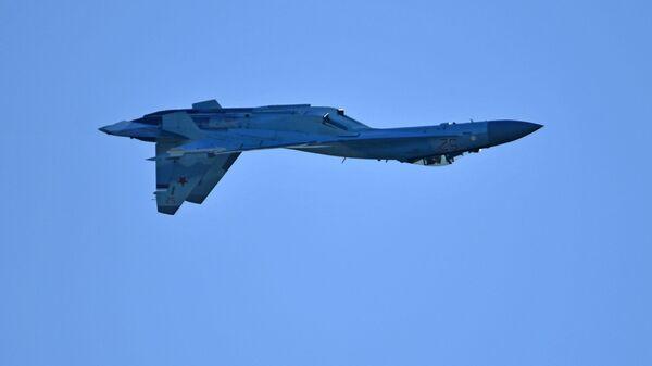 Руски вишенаменски ловац Су-35 изводи акробације - Sputnik Србија
