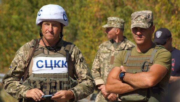 Pripadnici zajedničkog Centra za kontrolu i koordinaciju prekida vatre i stabilizacije situacije na jugoistoku Ukrajine tokom razmene ratnih zarobljenika u gradu Sčastje - Sputnik Srbija