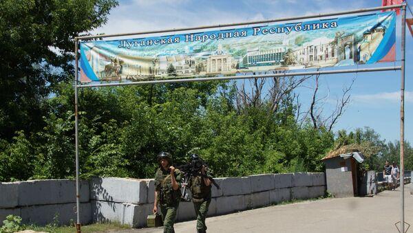 Припадници војске Луганске Народне Републике на прелазу Станица Луганска - Sputnik Србија