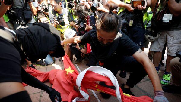 Демонстранти цепају кинеску заставу на протесту у Хонгконгу - Sputnik Србија
