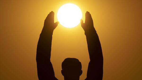 Zalazak Sunca iznad spomenika sovjetskom kosmonautu Juriju Gagarinu na kosmodromu Bajkonur u Kazahstanu - Sputnik Srbija