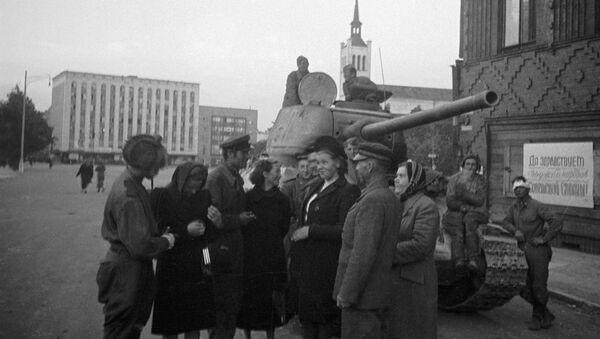 Stanovnici Taljina razgovaraju sa sovjetskim tenkistima koji su oslobodili grad - Sputnik Srbija