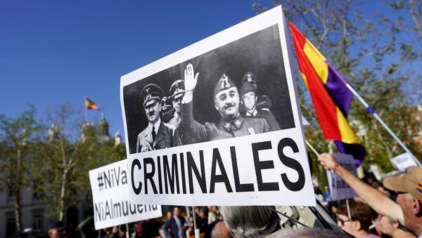 Демонстрације у Мадриду. На транспаренту је приказан Франко у друштву Хитлера. Испод фотографије пише Криминалци. - Sputnik Србија