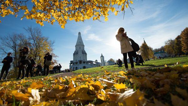 Људи се сликају у парку Коломенско у Москви - Sputnik Србија