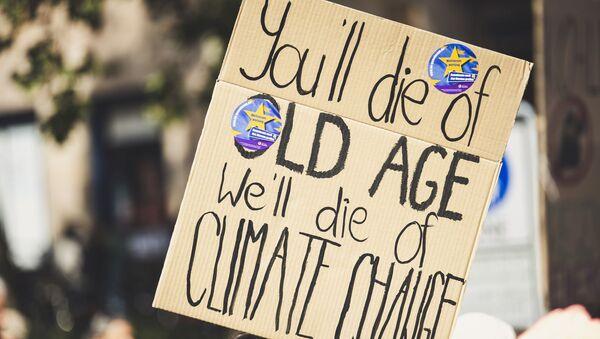 Транспарент на митингу против климатских промена - Sputnik Србија