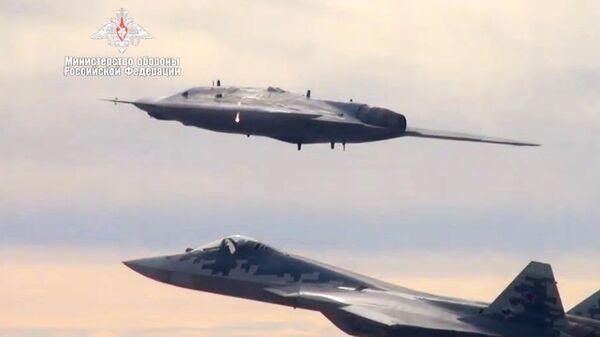 Руски дрон охотник у пратњи Су-57 - Sputnik Србија